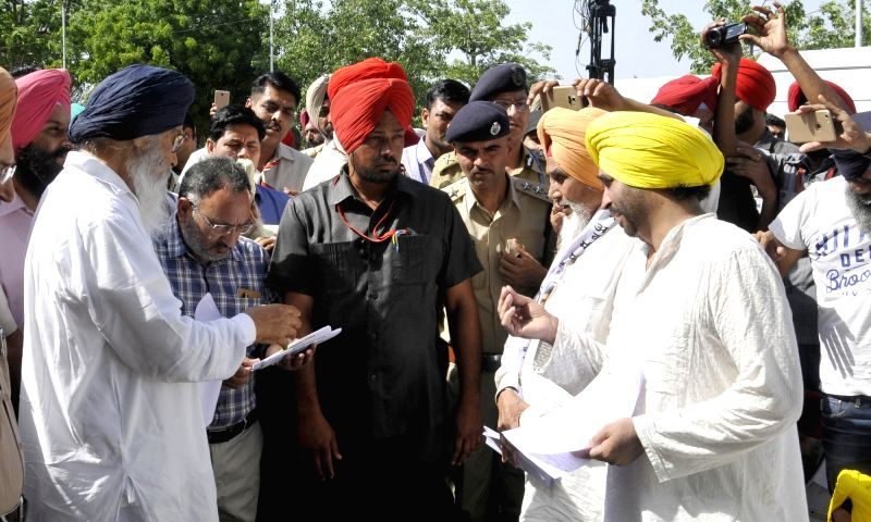 Aam Aadmi Party (AAP) workers lead by party leaders Bhagwant Mann, Sucha Singh Chhotepur and others protest against the Punjab government in Chandigarh on May 16, 2016. - Sucha Singh Chhotepur