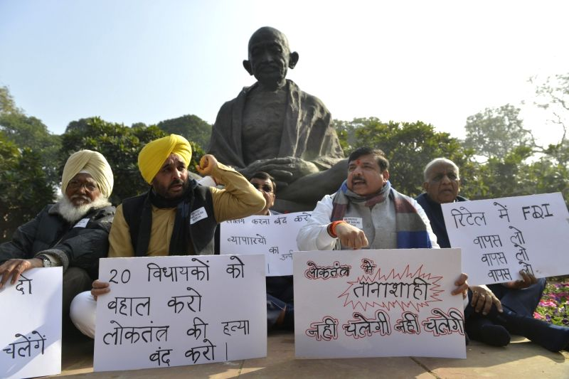AAP MPs Bhagwant Mann, Prof. Sadhu Singh, Sanjay Singh, Sushil Gupta and N.D. Gupta stage a demonstration to press for their demands in New Delhi, on Jan 29, 2018. - Sanjay Singh, Sushil Gupta and D. Gupta