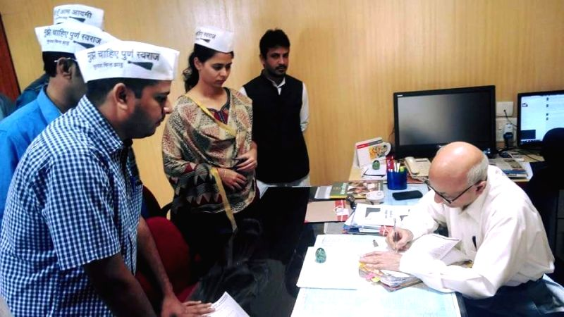AAP workers file human rights violation complaint against Madhya Pradesh minister Kusum Mehdele with Madhya Pradesh Human Rights Commission in Bhopal, on Nov 2, 2015. - Kusum Mehdele