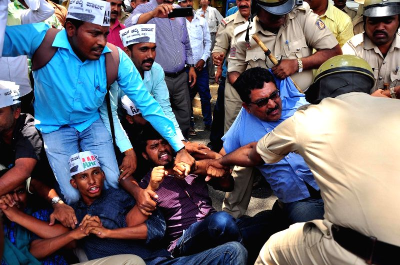 AAP workers stage a demonstration against formation of Anti Corruption Bureau (ACB) in Bengaluru, on April 6, 2016.
