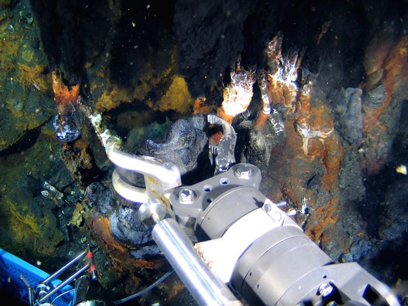 ABOARD XIANGYANGHONG 09, Jan. 3, 2015 China's deep sea manned submersible Jiaolong collects samples on a hydrothermal vent in the Indian Ocean, Jan. 2, 2015. Jiaolong carried out the ...