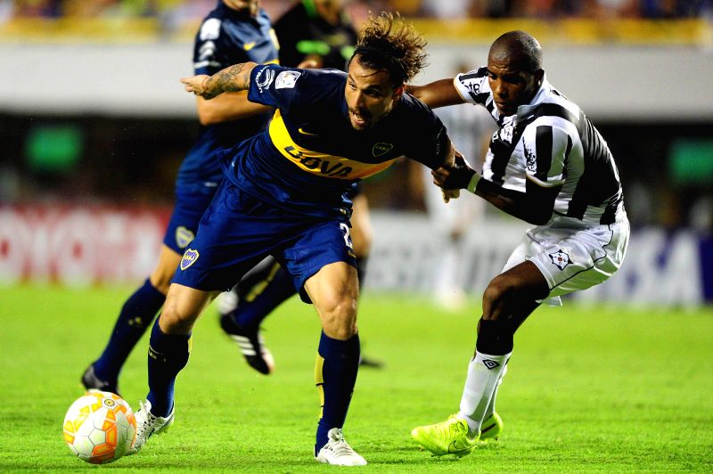 Daniel Osvaldo (L) of Argentina's Boca Juniors controls the ball during a match of the Copa Libertadores against Uruguay's Montevideo Wanderers in Buenos Aires, ...