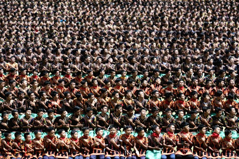 Aceh (Indonesia): People participate in a mass Saman dance at Seribu Bukit Gayo Leus stadium in Aceh, Indonesia, Nov. 24, 2014. More than five thousand people participated in a mass Saman dance. The .