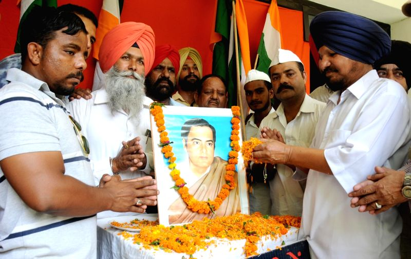 Activists of All India Anti Terrorist Front (AIATF) pay tribute to former prime minister Rajiv Gandhi on his death anniversary, in Amritsar, on May 21, 2016. - Rajiv Gandhi