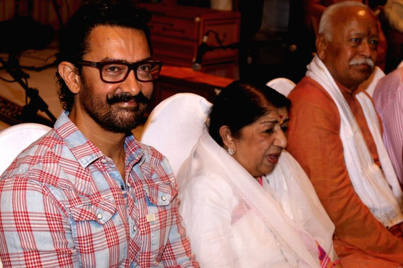 Actor Aamir Khan and singer Lata Mangeshkar during the Master Dinanath Mangeshkar Purashkar in Mumbai on April 24, 2017. - Aamir Khan