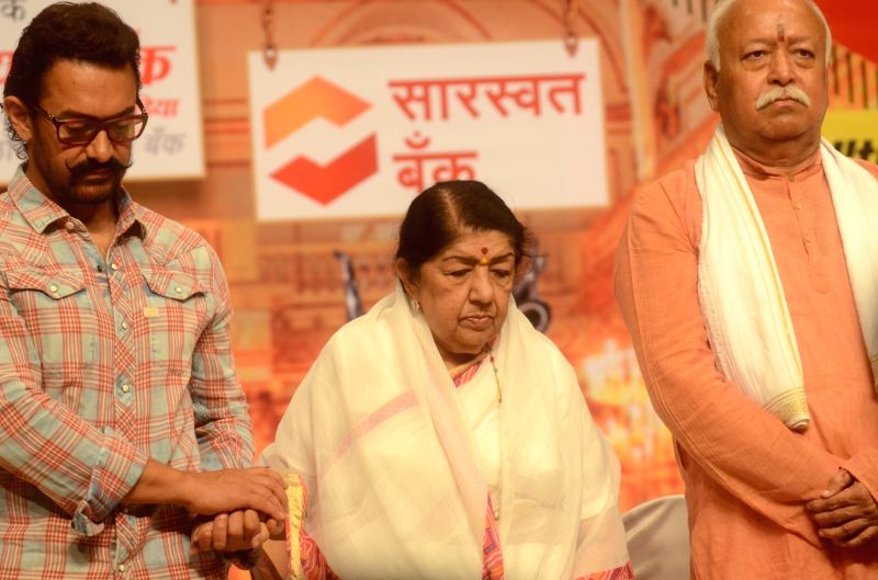 Actor Aamir Khan and singer Lata Mangeshkar with RSS chief Mohan Bhagwat during Dinanath Mangeshkar memorial awards in Mumbai, on April 24, 2017. - Aamir Khan