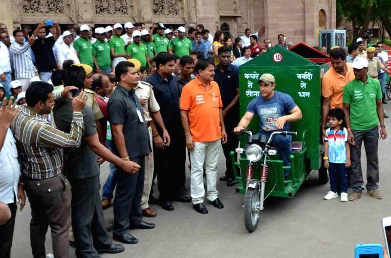 Actor Aamir Khan during the inauguration of the ``Waste collection project`` organised jointly by the administration and Jodhpur Municipal Corporation (JMC) in Jodhpur on August 16, 2014.