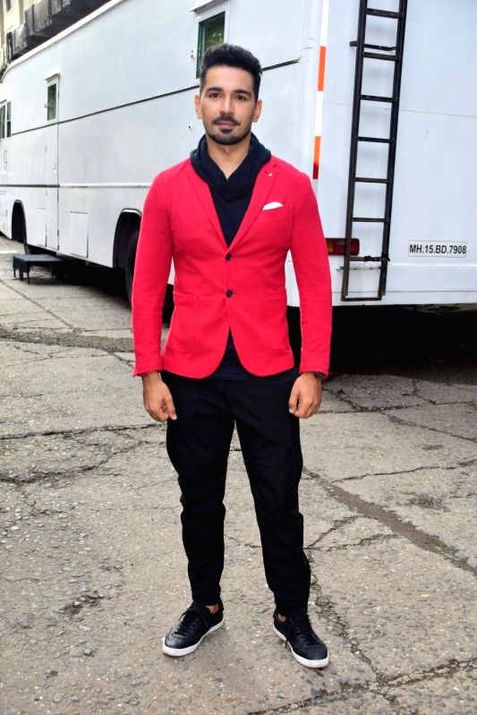 """Actor Abhinav Shukla during the promotions of his upcoming film """"Aksar 2"""" on the sets of television show 'Comedy Dangal' in Mumbai on Sept 17, 2017. - Abhinav Shukla"""