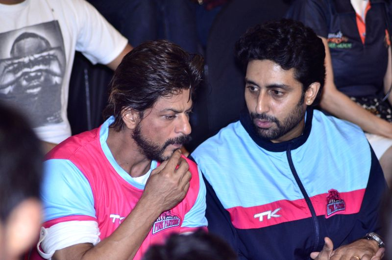 Actor Abhishek Bachchan and owner of Jaipur Pink Panthers Kabaddi team with actor Shahrukh Khan during the Pro-Kabaddi League between U Mumba vs Jaipur Pink Panthers in Mumbai on 27, July 2014. - Abhishek Bachchan and Shahrukh Khan