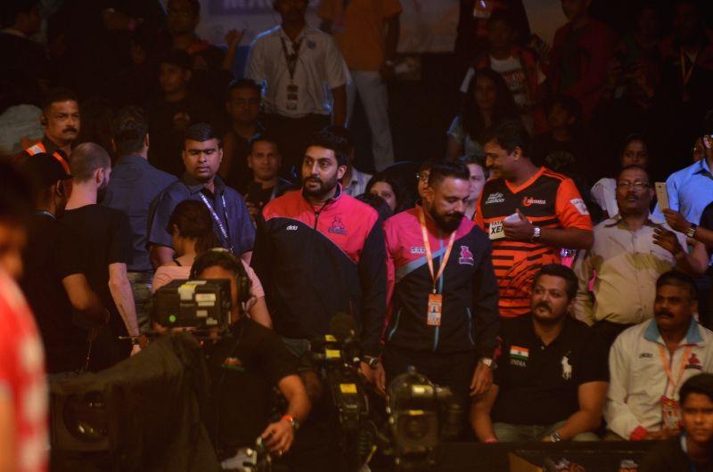 Actor Abhishek Bachchan and owner of Jaipur Pink Panthers during the match against Dabang Delhi at Star Sports Pro Kabaddi Season 4, in Mumbai, on July 21, 2016. - Abhishek Bachchan