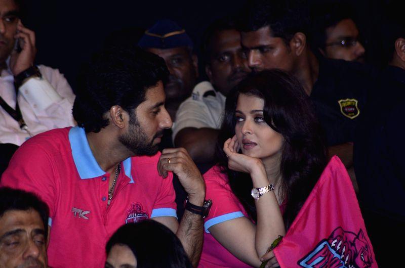 Actor Abhishek Bachchan with wife Aishwarya Rai Bachchan during the Pro-Kabaddi League between U Mumba vs Jaipur Pink Panthers in Mumbai on 27, July 2014. - Abhishek Bachchan and Aishwarya Rai Bachchan