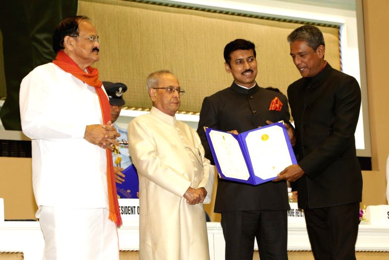 "Actor Adil Hussain, who won a Special Mention for his role in Hindi film ""Mukti Bhawan"" and Assamese film ""Maj Rati Keteki"" being felicitated by President Pranab ... - Adil Hussain, M. Venkaiah Naidu, Pranab Mukherjee and Rajyavardhan Singh Rathore"