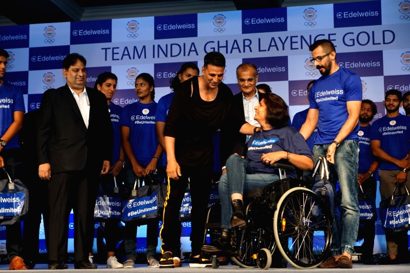 Actor Akshay Kumar interacts with Indian para-athlete Deepa Malik during an event to wish good luck to Indian athletes for the 2018 Asian Games, in Mumbai on July 28, 2018. - Akshay Kumar and Malik