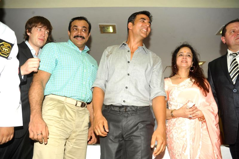 Actor Akshay Kumar, Joint Commissioner of Mumbai Police (Crime) Himanshu Roy and Smita Thackeray during inauguration of knife training and unarmed combat training session for women personnel of ... - Akshay Kumar and Himanshu Roy
