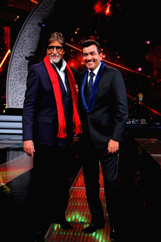 Actor Amitabh Bachchan and chef Sanjeev Kapoor during the former`s show Aaj Ki Raat Hai Zindagi in Mumbai on Nov 27, 2015. - Sanjeev Kapoor