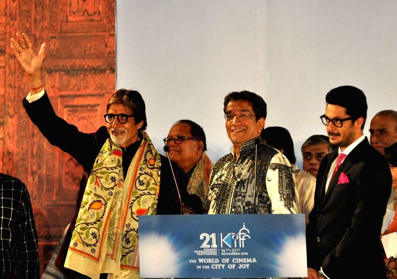 Actor Amitabh Bachchan with Sabyasachi Chakrabarty and Prosenjit Chatterjee during the inauguration of the 21st Kolkata International Film Festival in Kolkata on Nov 14, 2015. - Amitabh Bachchan and Prosenjit Chatterjee