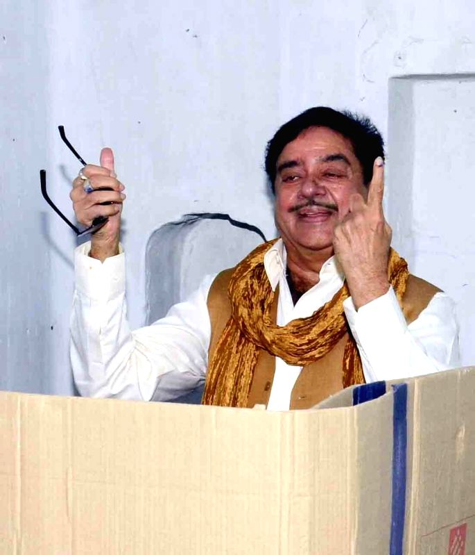 Actor and BJP MP Shatrughan Sinha show his finger marked with phosphorous ink after casting his vote during the third phase of Bihar assembly polls in Patna on Oct 28, 2015.