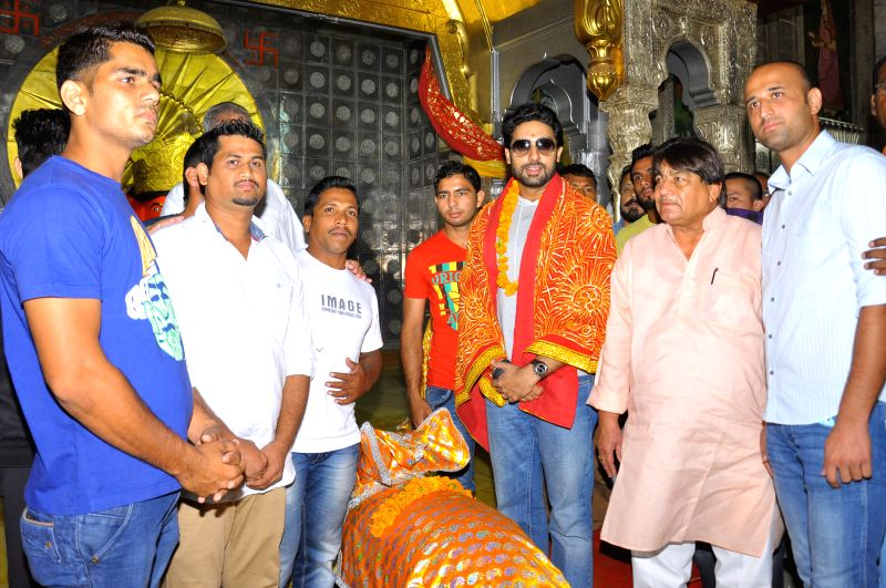 Actor and Pink Panthar Kabaddi team owner Abhishek Bachchan with team at the Moti Doongri Ganesh Temple in Jaipur on July 24, 2014.