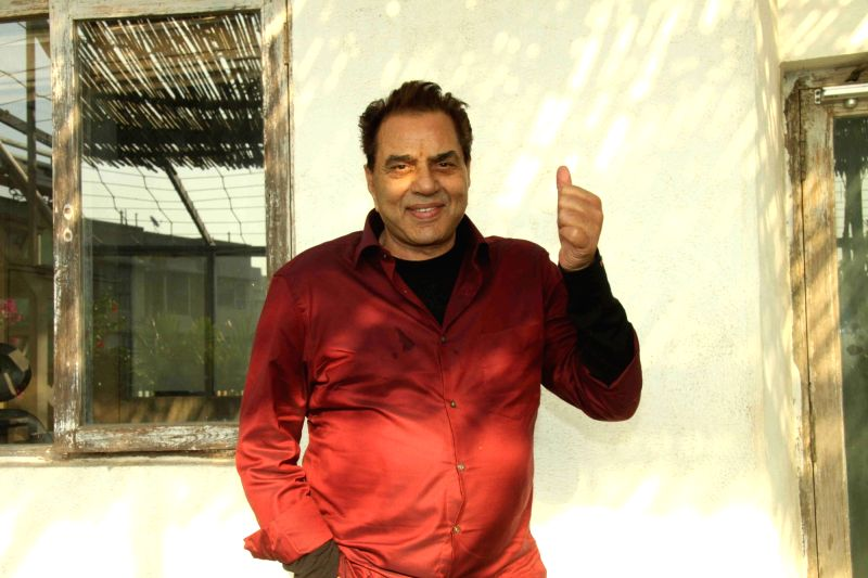 Actor Dharmendra celebrates his birthday in Mumbai on Dec 8, 2015.