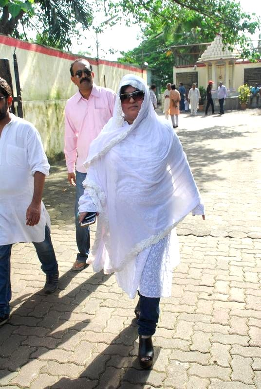 Actor Dolly Bindra during the funeral of filmmaker Dharmesh Tiwari in Mumbai on Thursday, August 7, 2014. - Dolly Bindra