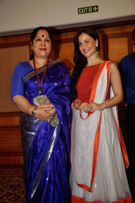 Actor Elli Avram with actor Shilpa Shetty`s mother Sunanda Shetty during the launch of Indian National Anthem video, in Mumbai on Aug 15, 2014. - Elli Avram, Shilpa Shetty and Sunanda Shetty