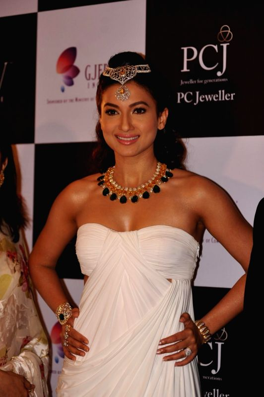 Actor Gauhar Khan walks on the ramp showcase the jewellery by Indian Institute of Gems and Jewellery (IIGJ) during the India International Jewellery Week (IIJW) in Mumbai, on July 14, 2014. - Gauhar Khan