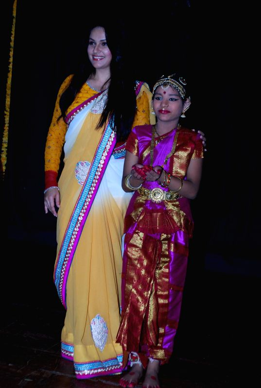 Actor Gracy Singh with dancers during an event to celebrate World dance day in Mumbai, on April 29, 2014. - Gracy Singh