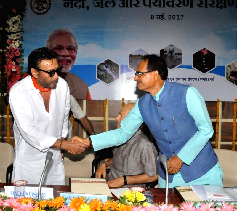 Actor Jackie Shroff meets Madhya Pradesh Chief Minister Shivraj Singh Chouhan in Bhopal on May 8, 2017. - Jackie Shroff and Shivraj Singh Chouhan