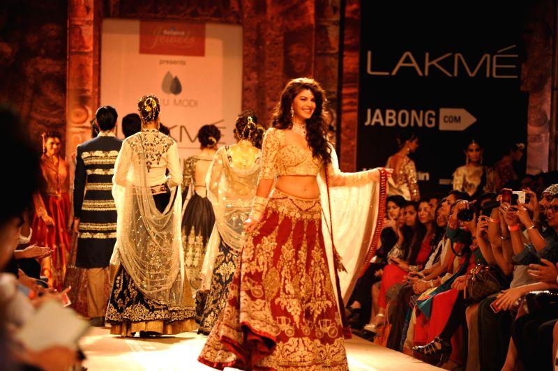 Actor Jacqueline Fernandez walks on the ramp for designer Anju Modi`s show during the Lakme Fashion Week (LFW) Winter/ Festive 2014 in Mumbai, on Aug. 20, 2014. - Jacqueline Fernandez