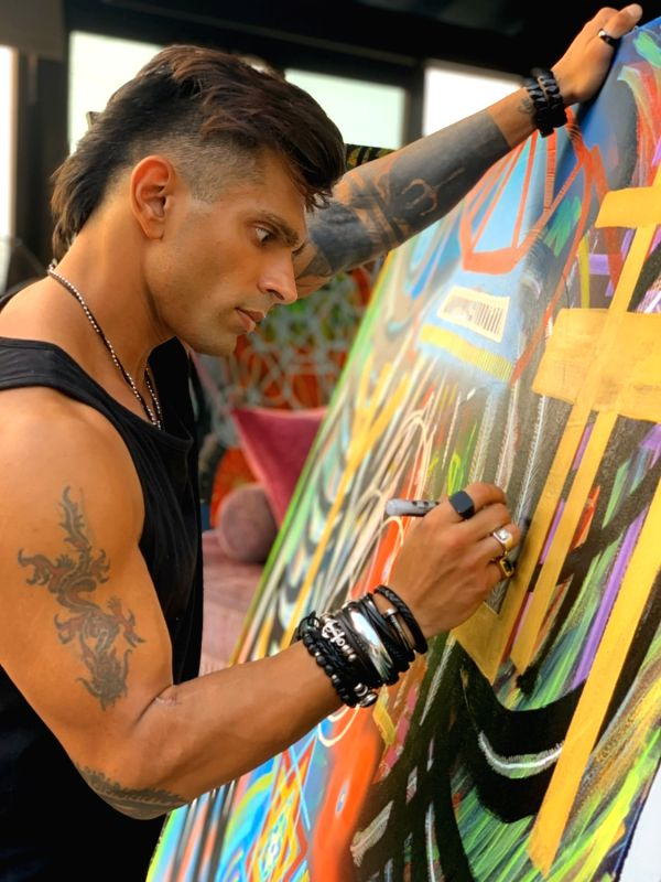 Actor Karan Singh Grover, who has ventured into painting, has now tried his hands on abstract painting. Karan shared that painting is a creative release for him. He has been painting for a couple of years now and through social media he had the oppor