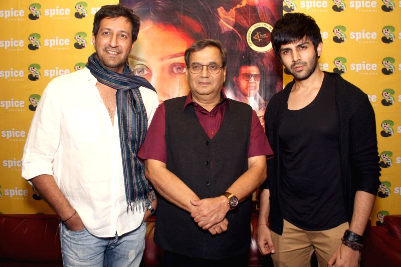Actor Kartik Aaryan with filmmaker Subhash Ghai during a press conference to promote their upcoming film 'Kaanchi' in Noida on April 18, 2014. - Kartik Aaryan