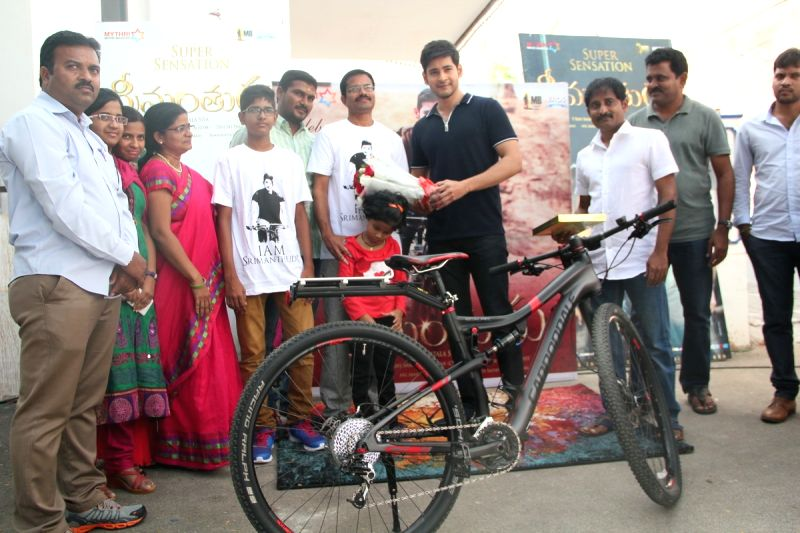 Actor Mahesh Babu presented Srimanthudu film cycle to the winner of the contest Nagi Reddy . - Mahesh Babu and Reddy