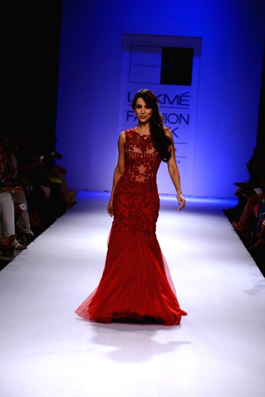 Actor Malaika Arora Khan walks on the ramp for designer Sonakshi Raaj during Lakme Fashion Week (LFW) Winter/ Festive 2014, in Mumbai, on Aug. 24, 2014. - Malaika Arora Khan