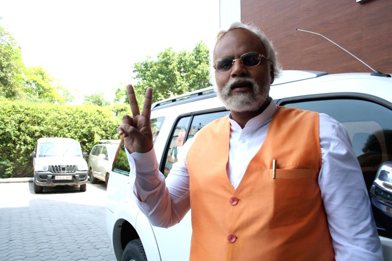 Actor Manish Kumar Jhangra - look alike of BJP Prime Ministerial candidate and Gujarat Chief Minister Narendra Modi during promotions of upcoming television soap Gangs of Haseepur in New Delhi on ... - Manish Kumar Jhangra and Narendra Modi