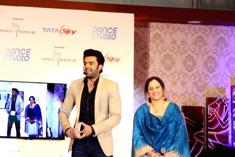 Actor Manish Paul  and Pallavi Puri, Chief Commercial Officer, Tata Sky during the launch of Tata Sky's new interactive service 'Dance Studio' in association with RnM Moving Picture in Mumbai ... - Manish Paul