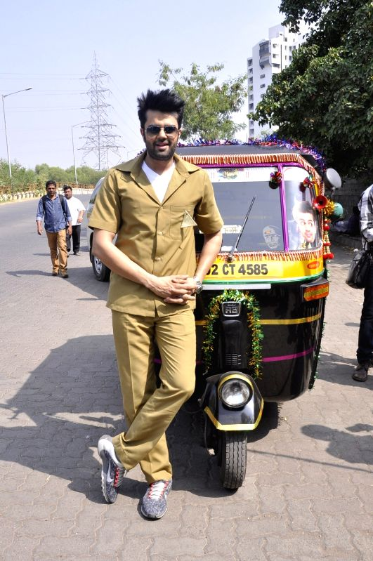 Actor Manish Paul turns autorickshaw driver for Mission sapne, on Nov 2, 2015.