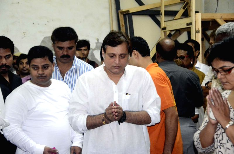Actor Manoj Joshi pays his last respect to actress Smita Talvalkar who passed away at 2.30 a.m in a Mumbai hospital on Aug 6, 2014. Talvalkar was suffering from ovarian cancer. - Manoj Joshi