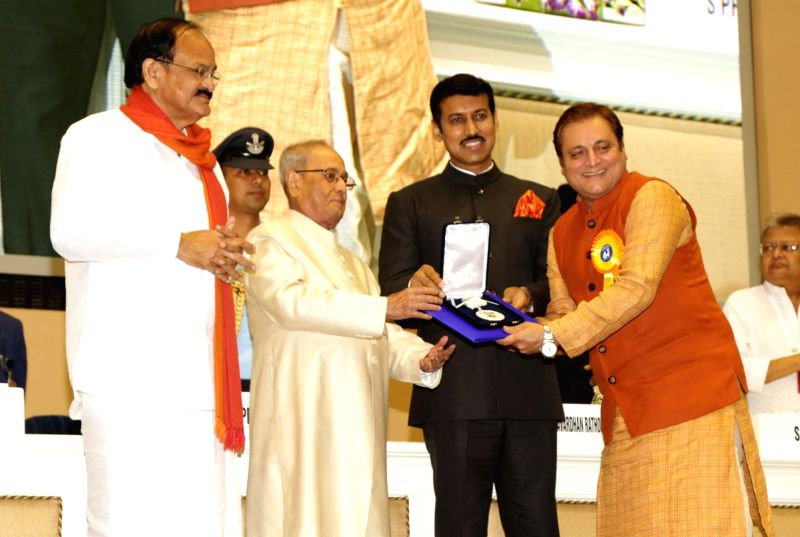 "Actor Manoj Joshi who won the Best Supporting Actor award for Marathi film ""Dashakriya"" being felicitated by President Pranab Mukherjee at the 64th National Film Awards Function, ... - Manoj Joshi, M. Venkaiah Naidu, Pranab Mukherjee and Rajyavardhan Singh Rathore"