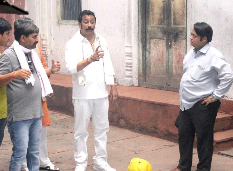 """Actor Mukesh Tiwari during the shooting of his upcoming film """"The Exchange Offer"""" in Mathura on May 6, 2017. - Mukesh Tiwari"""