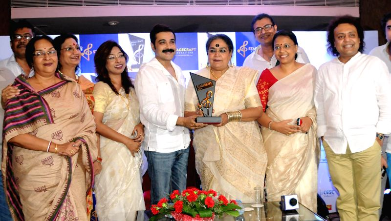 Actor Prosenjit Chatterjee, singer Usha Uthup, eminent danceuse-actor Mamata Shankar, lyricist Surojit Chatterjee, singer Lopamudra Mitra and others during a press conference regarding `Stagecraft ... - Prosenjit Chatterjee and Surojit Chatterjee
