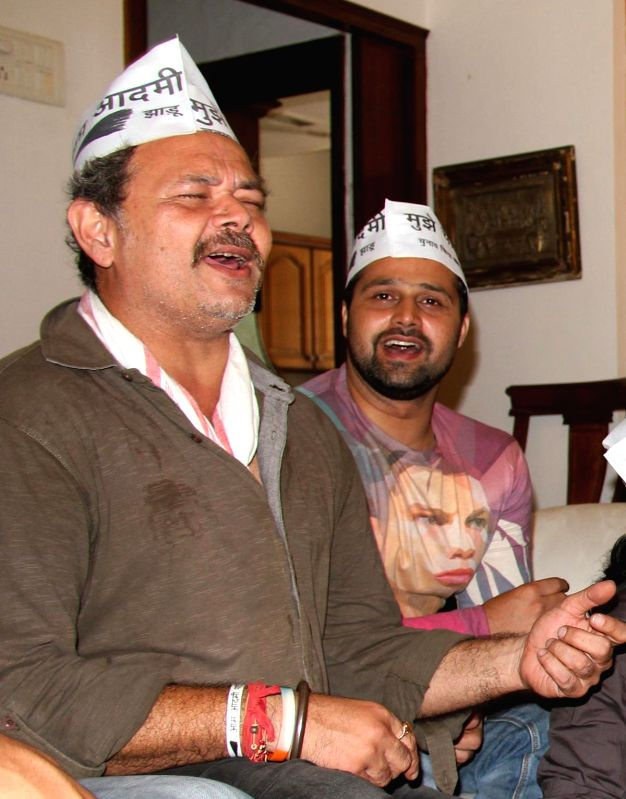 Actor Raj Zutshi and singer Mudasir Ali show their support for AAP at press conference at Mumbai streets at 21st April 2014 - Raj Zutshi