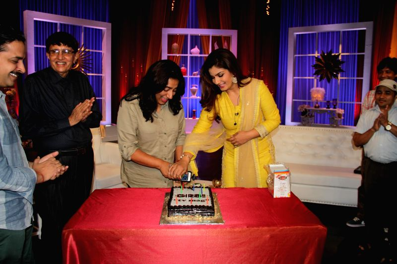 Actor Raveena Tandon on sets of TV show Simply Baatein with Anu Ranjan celebrates 11th anniversary of Gr8! TV Magazine, in Mumbai, on Aug. 26, 2014. - Raveena Tandon