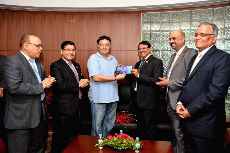 Actor Rishi Kapoor launch the IDBI debit card along with M S Raghavan (C), CMD, IDBI Bank and Melwyn Rego (R), DMD, IDBI Bank in Mumbai, on July 1, 2014.