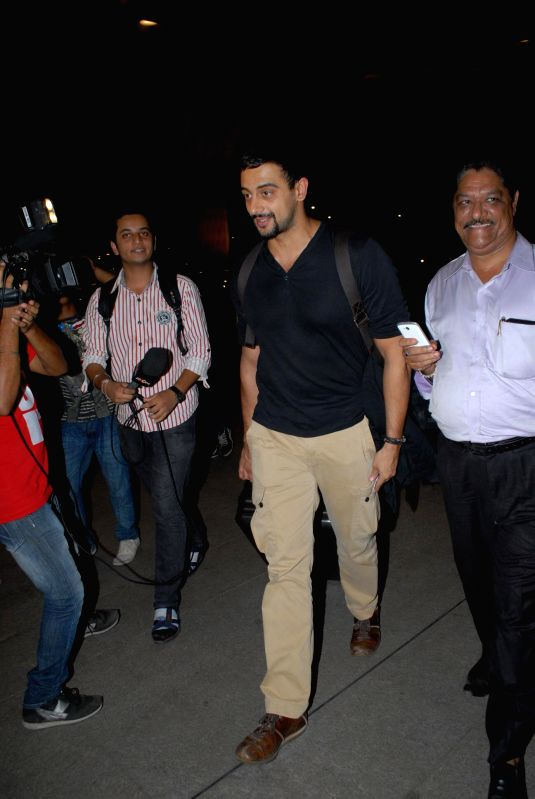 Actor Riteish Deshmukh at the Terminal 2 of the Chhatrapati Shivaji International Airport leaving for International Indian Film Academy (IIFA) Awards in Mumbai on 22nd April 2014. - Riteish Deshmukh