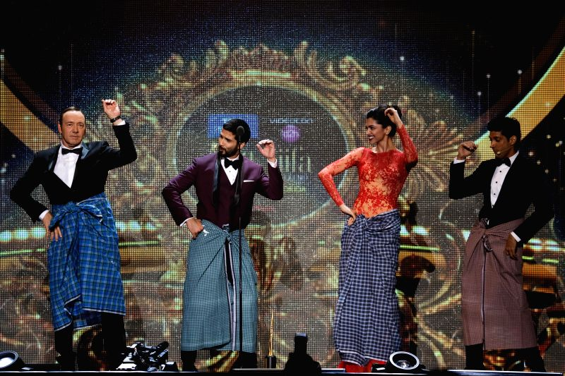Actor`s Kevin Spacey, Shahid Kapoor, Deepika Padukone and Farhan Akhtar perform 'lungi dance' during the fourth and final day of the 15th International Indian Film Academy (IIFA) Awards 2014 at ... - Farhan Akhtar, Shahid Kapoor and Deepika Padukone