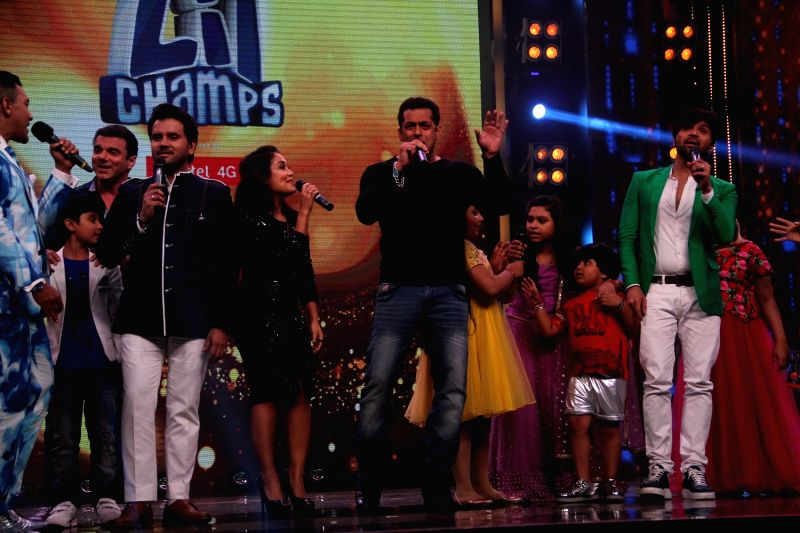 Actor Salman Khan and brother and actor Sohail Khan, singer Himesh Reshammiya during the promotion of film Tubelight on the sets Zee TV's singing talent hunt show Sa Re Ga Ma Pa L'il ... - Salman Khan and Sohail Khan