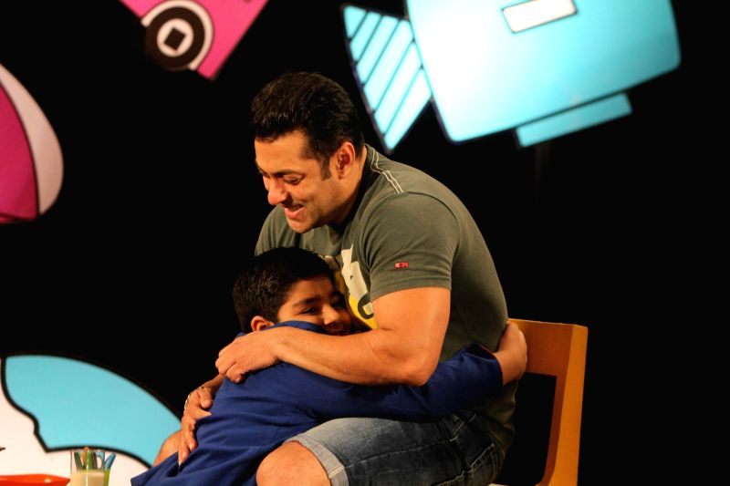 Actor Salman Khan promotes his film Kick with Child actor Sadhil Kapoor on the set of Disneys Chat Show Captain Tiao in Mumbai on July 25, 2014. - Sadhil Kapoor