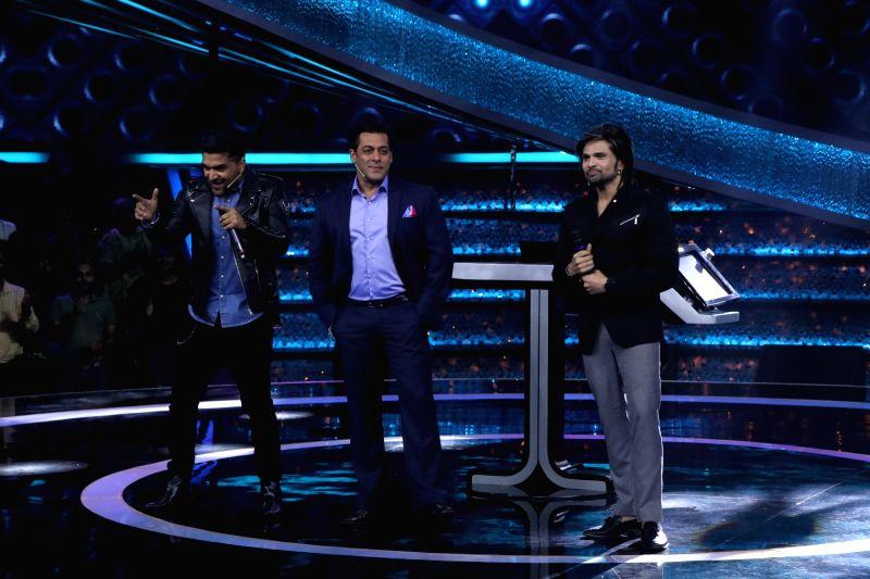 "Actor Salman Khan, singer Guru Randhawa and Singer-composer-actor Himesh Reshammiya on the sets of reality television show ""Dus Ka Dum"" in Mumbai on July 16, 2018. - Salman Khan"