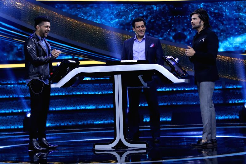 Actor Salman Khan with Guru Randhawa and Himesh Reshammiya on the sets of Dus Ka Dum. - Salman Khan