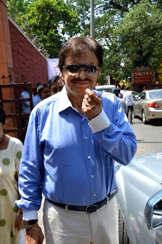 Actor Sanjay Khan shows his fore finger marked with phosphorous ink after casting his vote at a polling booth during the sixth phase of 2014 Lok Sabha Polls in Mumbai on April 24, 2014. - Sanjay Khan